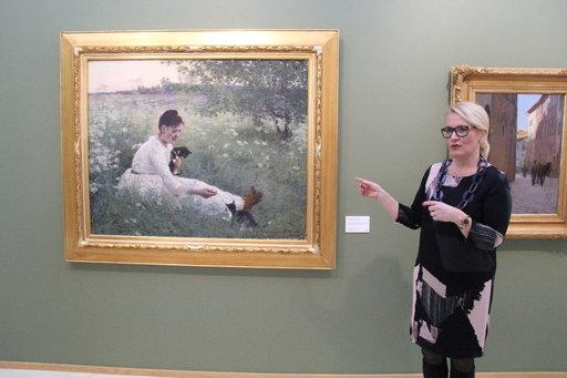 UPM-Kymmenen Kulttuurisäätiön toiminnanjohtaja, FT Anna-Maria Wiljanen esittelemässä Elin Danielsonin teosta Tyttö ja kissat kesäisessä maisemassa (1892).