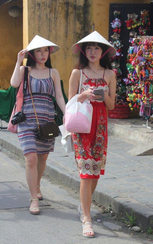 Vietnamilaisia naisia ostoksilla.