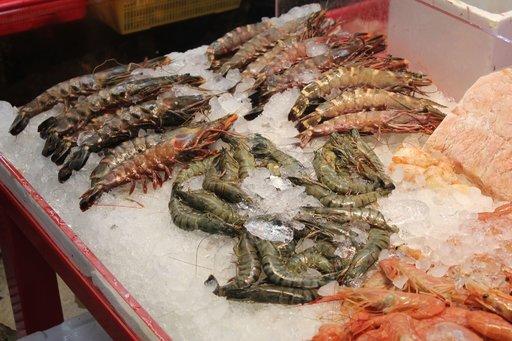 Äyriäisiä runsaasti erilaisia tarjolla Busanin kalatorilla.
