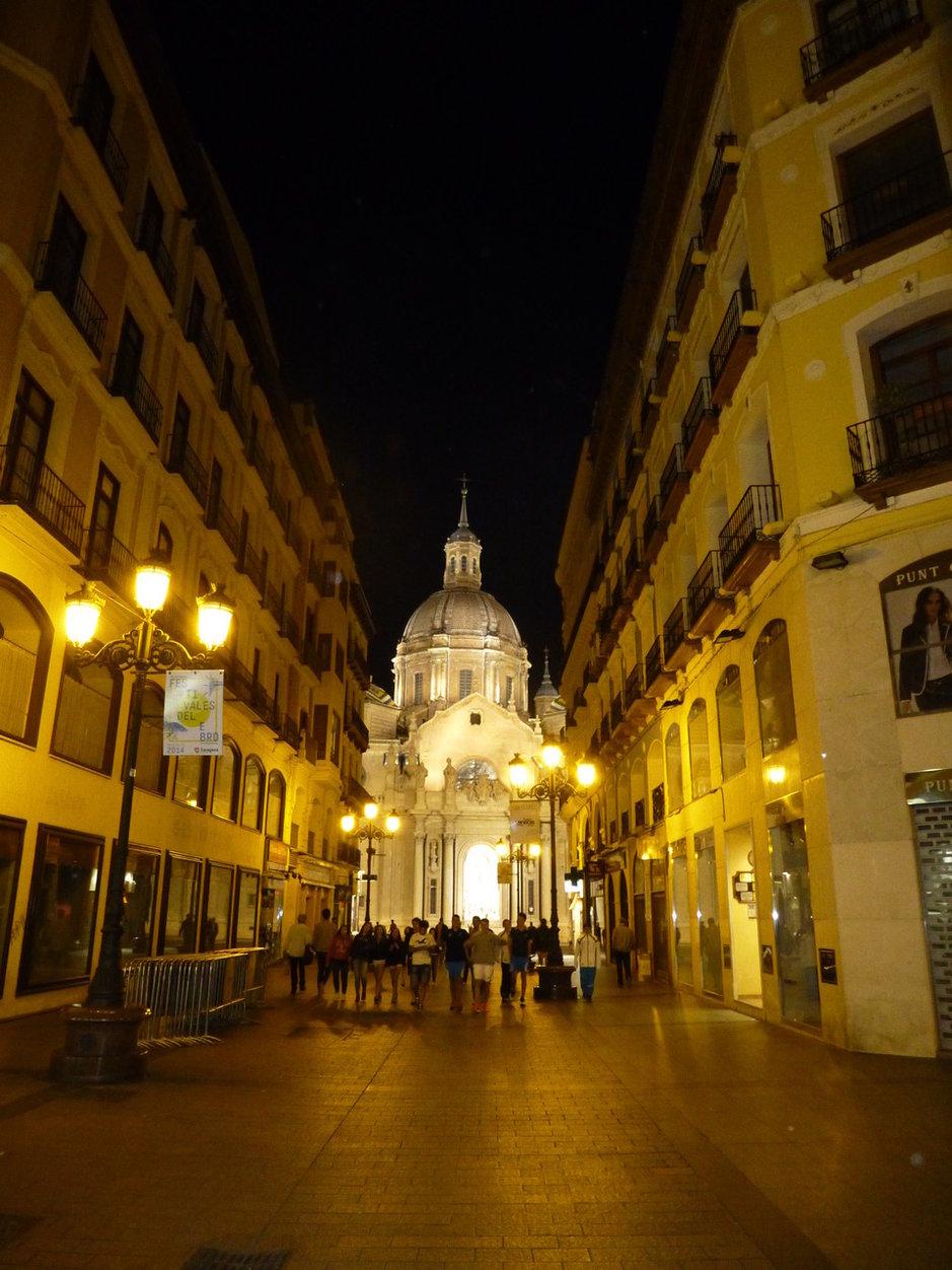 Basílica del Pilar -kirkon keskikupolin sijainti on suunniteltu tarkasti olemaan yhden pääkadun visuaalinen päätepiste.
