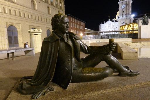 Francisco Goyan (1746 – 1828) patsaan juurella nautiskelee viiniä pronssinen mies, jonka asu noudattaa tarkasti taiteilijan aikakauden muotia.