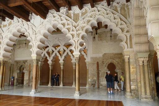 Aljafería-palatsin maurilaisaikaista sisäarkkitehtuuria.