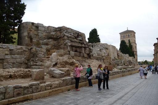 Tätä on kulttuuritietoisuus: pahoinkin vaurioituneet roomalaismuurin jäänteet on säilytetty aivan kaupungin ydinkeskustassa.