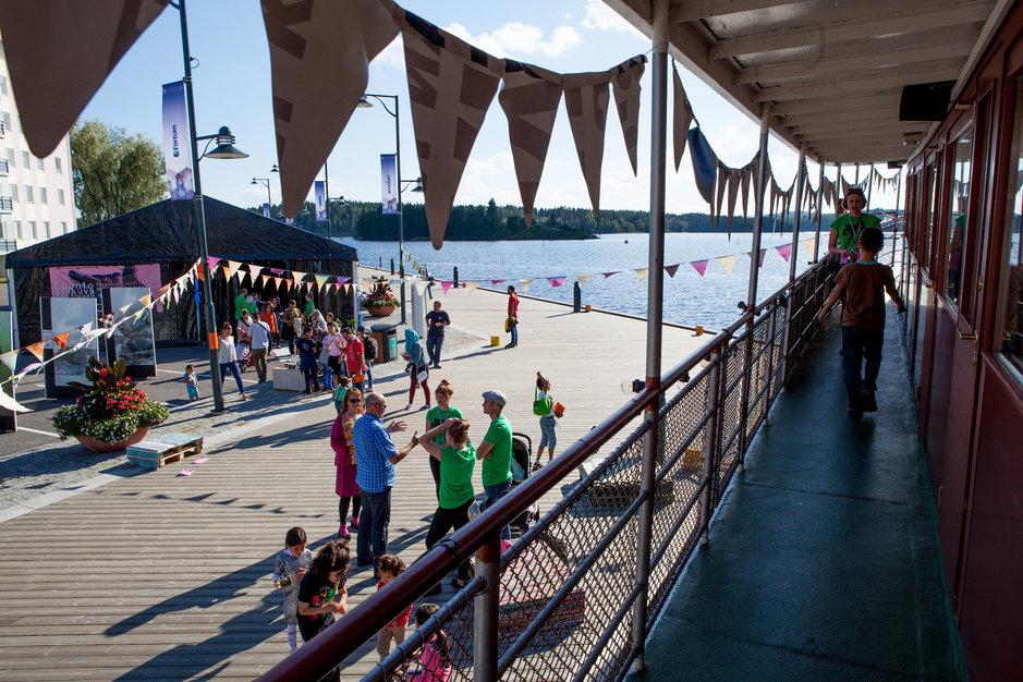 Suurin osa elokuvista näytetään laivalaiturin kupeeseen pystytetyssä 100 henkeä vetävässä teltassa. Kuva on otettu festivaalin ajan kahvilaravintolana toimivan m/s Puijon kannelta.