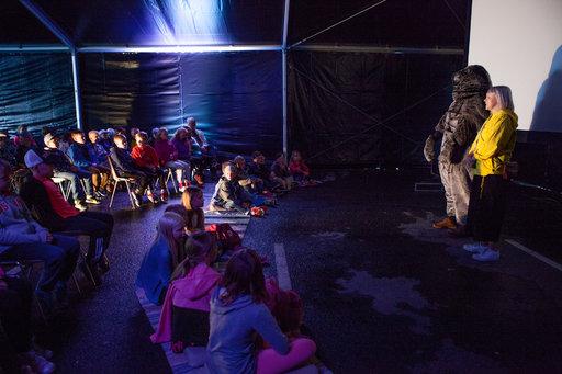 Lapset ovat festivaalin erityisvieraita. Elokuvateltassa heidät toivotti tervetulleiksi festivaalimaskotti Norppa.