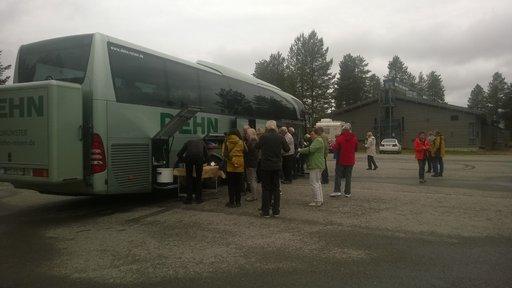 Vajaan sadan metrin päässä tanskalaisbussista saksalaiset pystyttivät lounaspöytiä samaisella Napapiirin alueen parkkipaikalla.Bussin takaosaan asennettu jättiboksi kertoo, että mukana lienee enemmänkin evästä.