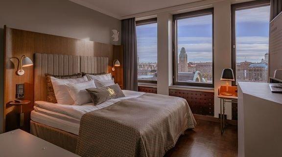 Olympiavuonna 1952 avautunut funkkishotelli tarjoaa vieraille hienot Helsinki-näkymät niin kokous- ja ravintolatiloista kuin suurimmasta osasta hotellihuoneita.
