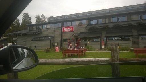 Tanskalaispariskunta lounasti omia eväitään suomalaisravintolan terassilla.