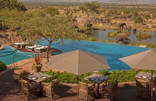 FOUR SEASONS SAFARI LODGE SERENGETI, TANSANIA Maailmankuulun eläinsuojelualueen sydämessä, Serengetin kansallispuistossa sijaitseva Four Seasons Safari Lodge Serengeti on laajojen tasankojen ympäröivä hotelli, joka lähes sulautuu ympäröivään luontoon. Läheisen vesikuopan ansiosta villieläinten bongailu ei vaadi töyssyistä safariajelua, sillä elefantit, kirahvit, paviaanit ja muut safarin asukkaat on mahdollista nähdä lähietäisyydeltä uima-altaalla.