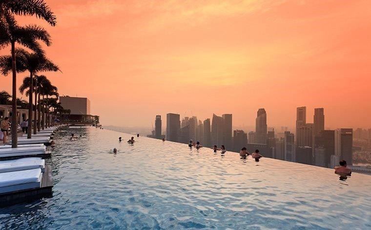 MARINA BAY SANDS, SINGAPORE Hotelli Marina Bay Sandsin katolla voit uida 150-metrisessä äärettömässä altaassa. Päästä päähän mitattuna altaan pituus vastaa reilusti yli jalkapallokentän mittaista matkaa, joten tila ei hevillä pääse loppumaan kesken. Näkyvien reunojen puute luo illuusion uimisesta pilvenpiirtäjien välillä, joten saatat hetken tuntea olevasi maailman huipulla. Kattauksen kruunaa Singaporen uskomaton suurkaupunkimaisema, jonka vain hotellin asukkaat pääsevät näkemään.