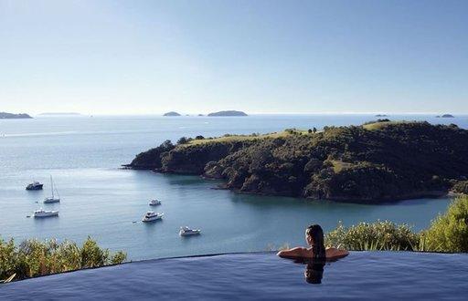DELAMORE LODGE, WAIHEKE ISLAND, UUSI-SEELANTI Uudessa-Seelannissa Waiheken saarella sijaitseva Delamore Lodge on ylellisyyden ja oman rauhan keidas. Hotellissa on helppo irrottautua arjesta rentoutumalla luolamaisessa porealtaassa, nautiskelemalla luksuskylpylän hieronnasta tai tepastelemalla vehreässä oliivipuutarhassa. Hotellin vetonaula on kuitenkin jyrkänteen reunalle rakennettu ääretön allas (infinity pool). Nimensä mukaisesti altaasta avautuu ääretön näköala Owhanaken lahden ylle, jota ihastellessa tuntee kuin olisi kaukaisella autiosaarella, vaikka Aucklandin sisämaa on vain puolen tunnin matkan päässä.