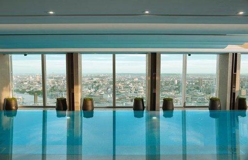 SHANGRI-LA, THE SHARD, LONTOO, ISO-BRITANNIA Hotellin uima-altaan nimi kertoo kaiken: Skypool eli taivasallas komeilee Lontoon ikonisen pilvenpiirtäjän, The Shardin, 52. kerroksessa. Viiden tähden Hotel Shangri-Lan asukkina saat mahdollisuuden pulahtaa Euroopan korkeimmalla sijaitsevaan sisäuima-altaaseen, jonka näkymät ulottuvat Pyhän Paavalin katedraalille, parlamenttitalolle, kuuluisalle pilvenpiirtäjälle the Gherkinille ja Buckinghamin palatsille. Lämmin vesi saa pahimmatkin vilukissat viihtymään altaassa pidemmänkin aikaa. Maisemien ihailua voi jatkaa viereisen Gong-baarin pehmeiltä sohvilta kylmien juomien kera.