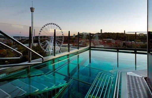 UPPER HOUSE, GÖTEBORG, RUOTSI Upper House -hotellin lasinen allas. Kuva: Gothia Towers Jos vierailet Ruotsin toiseksi suurimmassa kaupungissa Göteborgissa – ja jos budjettisi sallii – valitse majoituskohteeksesi viiden tähden hotelli Upper House, joka on Gothia Towersin länsitornin ylimmissä kerroksissa sijaitseva luksushotelli. Upper Housen lämmitetystä lasiuima-altaasta avautuvat idylliset kaupunkinäkymät Göteborgin ylle. Tämä on ehdottomasti huikein tapa ihailla ympäröivää kaupunkia.