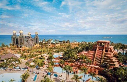 ATLANTIS PARADISE ISLAND, BAHAMASAARET Atlantis Paradise Island on nimensä veroinen ilmestys. Kuva: Atlantis, Paradise Island resort - Voisi olettaa, ettei uima-altaille ole tarvetta Bahamasaarilla – paratiisissa joka on täynnä trooppisia hiekkarantoja. Atlantis Paradise Island -hotelli voi hyvinkin muuttaa mielesi. Atlantis Paradise Island on pääkaupunki Nassaun pohjoisosassa sijaitseva jättimäinen lomakylä, jossa on 11 erilaista uima-allasta. Täältä löydät altaan joka makuun: Mayojen temppelialtaan seikkailijoille, musiikkipainotteisen Blu Pool -altaan kasari- ja ysärifaneille sekä luolanomaisen Grotto Pool -altaan vesiputouksista nauttiville taivastelijoille. Yksi altaista, The Cain at the Cove, on tarkoitettu vain aikuisille.