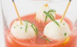 Kylmä tomaattikeitto & tikkumozzarellat